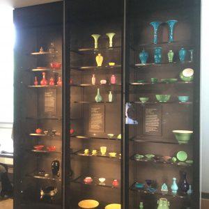 גם במוזיאון הבינו שלסדר לפי צבע על רקע שחור זה הכי שווה.