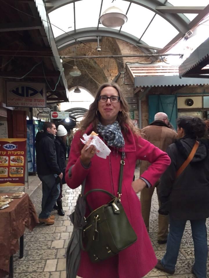 המעיל הוורוד שלי ואני בשוק בעכו.