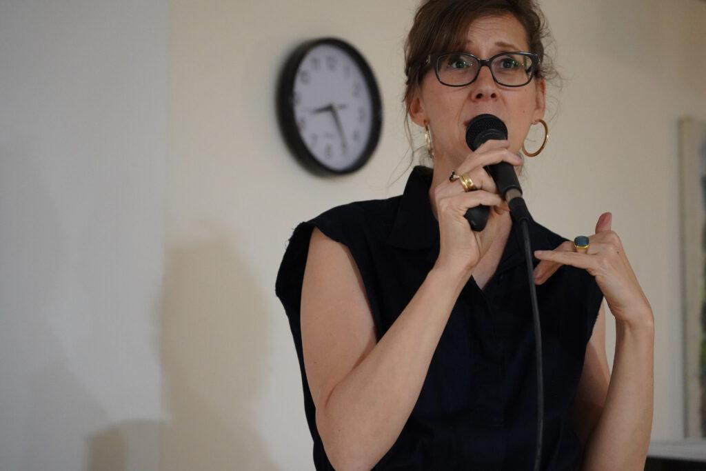 רונית כפיר הרצאה. צילום עופרי מור שקד